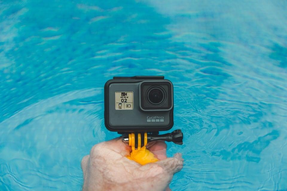 caméra sort dans l'eau